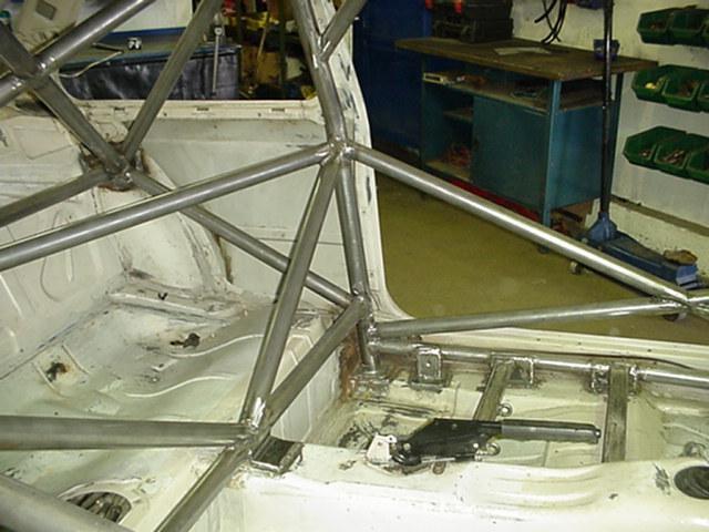 Каркас безопастности в кузове BMW E30